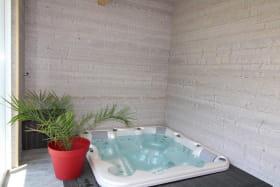Jacuzzi encastré et privatif à l'appartement dans la véranda chauffée l'hiver et climatisée l'été