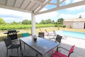 Terrasse couverte avec barbecue, piscine privée