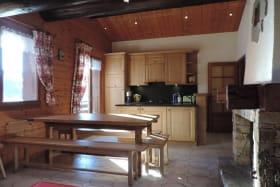 Pièce de vie : cuisine ouverte sur séjour, accès à balcon
