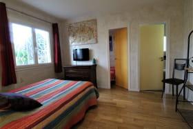 Meublé City Break / maison de vacances 'La Caillote au Loup' à Sainte-Foy-Les-Lyon (Métropole de Lyon, Ouest Lyonnais) : la chambre double qui communique avec la petite chambre.