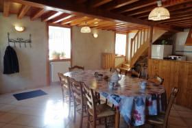 Pièce à vivre, cuisine ouverte sur la salle à manger.