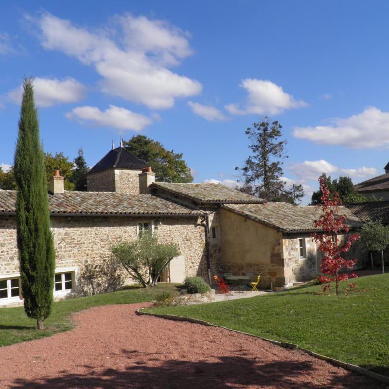 Gîte du Domaine Claire Rivier à Régnié-Durette (Rhône - Beaujolais) : façade ouest, côté jardin