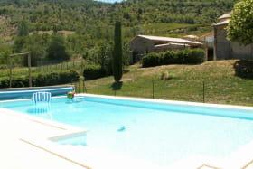 La piscine en contrebas du gîte.