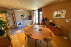 la grande salle à manger et la cuisine toute équipée avec four, lave vaisselle, grand frigo, grille pain, 2 cafetières, bouilloire ...