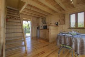 Vue sur l'espace kitchenette et l'escalier qui mène aux deux chambres.