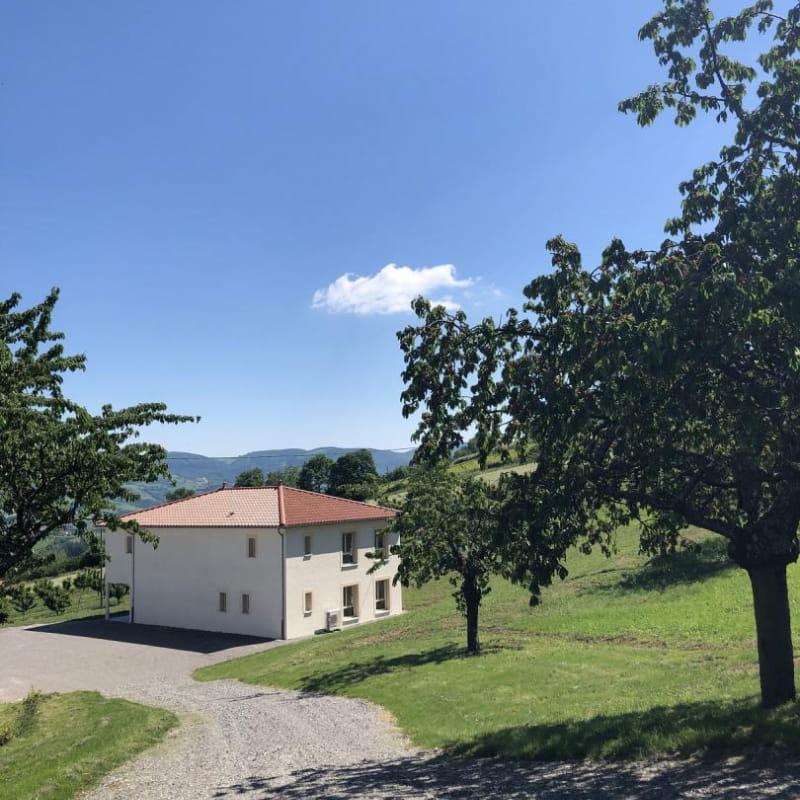 'Gîte de la Brosse' à Bibost (Rhône - Ouest Lyonnais, proximité de L'Arbresle) : la maison en bas du chemin.