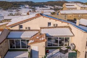 Vue aérienne sur les terrasses des gîtes de l'Armu à gauche, et LaPhine à droite, sous la neige !