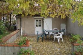 Gîte 'Les Micocouliers' à Saint Loup, Vindry-sur-Turdine (Rhône - Monts du Beaujolais, proche de Tarare) : terrasse en automne.