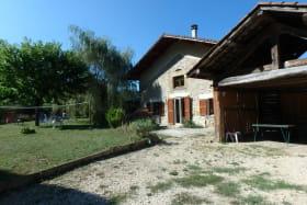 Entrée principale du gîte; à droite le hangar avec la table de ping-pong. A gauche dans la pelouse, le filet pour le badminton.