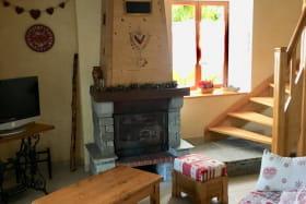 Coin salon avec cheminée.
