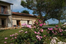 'Gîte des 2 chênes' à Bessenay (Rhône-Lyonnais): le jardin commun.