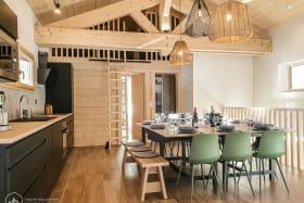 Bel espace cuisine et salle à manger, parfaits pour vos repas coonviviaux en famille ou entre amis.