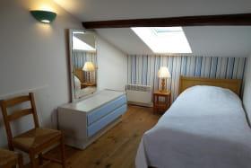 Gîte 'St Jean' à Saint-Julien (Rhône - Beaujolais) : chambre mansardée avec 2 lits 1 personne.