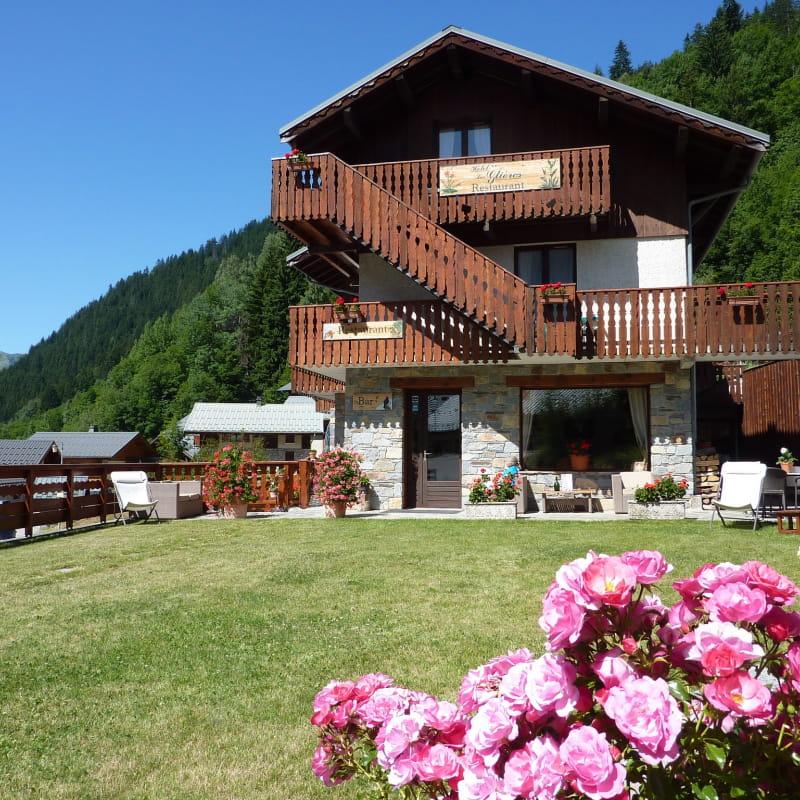 Hôtel les Glières coté est: terrasse et jardin