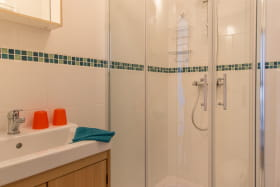 Salle d'eau privative (wc + douche + lavabo)