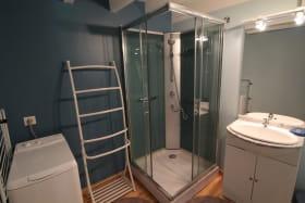 Le Gîte du Cèdre bleu à Ronno (Rhône - région Lac des Sapins) : la salle d'eau (rez-de-chaussée).