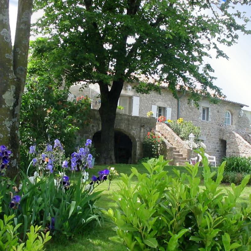 Vue d'ensemble de la maison, avec la location sur la droite.