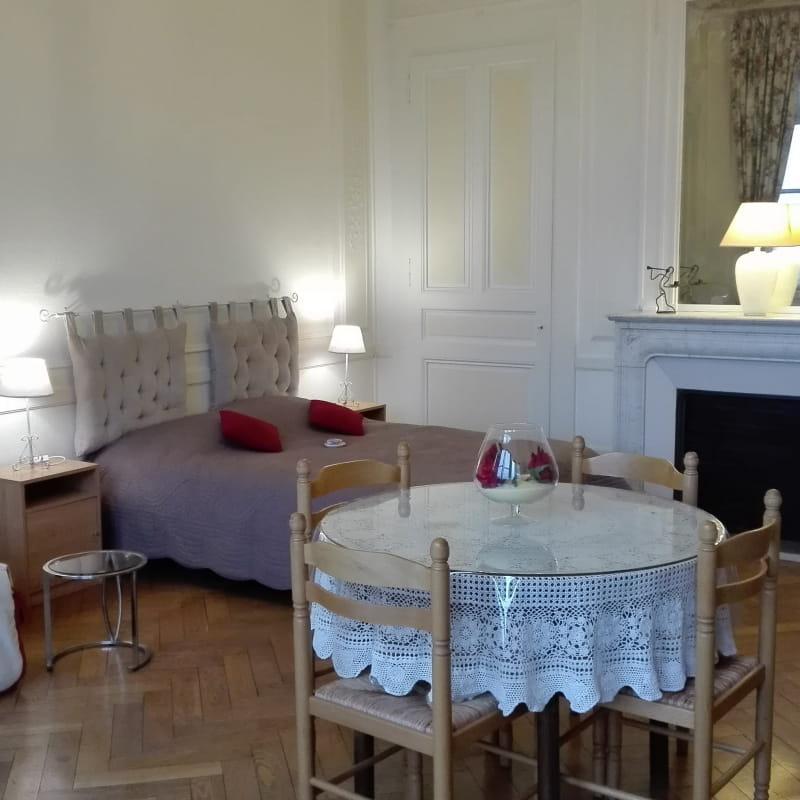 lit, table repas, armoire 4 saisons, coin tv