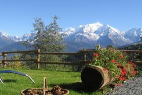 Séance de travail dans la chaise longue sur le gazon. Calme et panorama Mont-Blanc qui se prolonge par la chaine des Fiz sur la gauche, zut elle sort de la photo