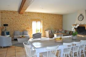 Gîte de groupe du 'Domaine des Vignes' à Bagnols (Rhône-Beaujolais): la pièce de jour.