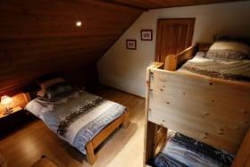 chambre 3 avec 3 lits de 90 dont 2 superposés
