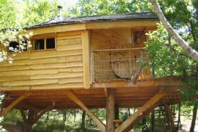 La cabane du bosquet des chênes et sa terrasse avec vue sur la rivière