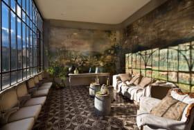 Au Château d'Uzer, le Jardin d'Hiver, havre de paix et de lumière pour la détente et le repos.