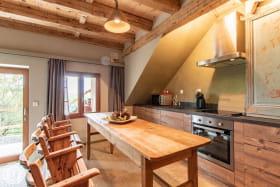 Cuisine intégrée et table avec chaises strapontins