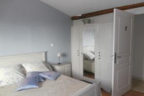 Chambre composée d'un lit 140 et un lit 90. Salle d'eau à l'italienne avec wc intégré.