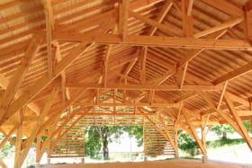 Une grande halle en charpente traditionnelle accueille vos activités récréatives. L'hiver, elle sert aussi de parking couvert.