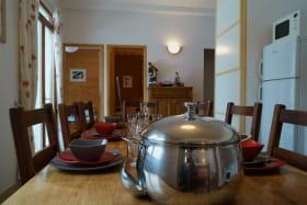 Espace cuisine et sa grande table