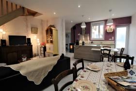 Gîte 'Chez Gaby et Pierrot' à Quincié-en-Beaujolais (Rhône, Beaujolais Vignobles) : le séjour avec le poële.