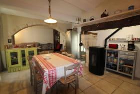 Cuisine ouverte sur le salon, séjour, donnant accès sur la petite terrasse couverte.