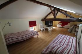 'Gîte des Bruyères' à Denicé (Rhône - Beaujolais Vignobles) : chambre à l'étage.