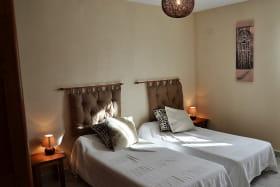 Gîte du Domaine de Barvy à Odenas (Rhône- Beaujolais) : chambre 2 lits 1 personne.