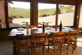 Gîte du Chais à Fleurie (Rhône - Beaujolais des crus - vignoble) : espace repas dans la véranda.