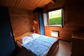 Chalet-Gîte du Plan d'eau d'Azole (Gîte N° 3) à Propières (Rhône - Beaujolais Vert) : la chambre avec grand lit.