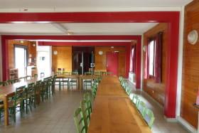 Gîte de groupe (40 personnes) à Cenves en Haut Beaujolais - Rhône : le coin-repas.