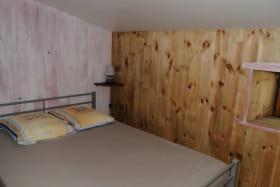 La chambre commune cloisonnée en 3 parties (1 lit double / 3 lits simples / 4 lits simples)
