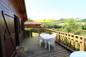 Chalet-Gîte du Plan d'eau d'Azole (Gîte N° 4) à Propières (Rhône - Beaujolais Vert) : la terrasse.