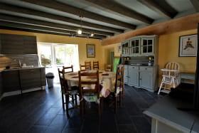 Gîte 'Le Carcan' à Fleurie (Rhône, Beaujolais, sud de Mâcon) : le séjour avec poutres apparentes.