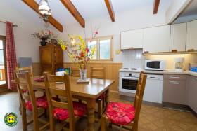 cuisine : lave-vaisselle, 4 plaques + four électriques, micro-ondes, grill pain, appareil