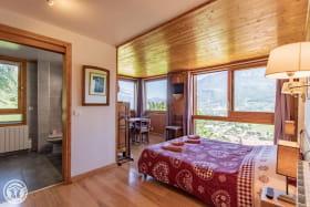 Chambre panoramique (rdc) lit en 160cms et salle de bain privative avec grande douche italienne.