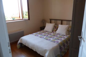Gîte de la Petite Gallée à Millery (Rhône - Ouest Lyonnais) : chambre avec 1 lit de 140 x 190cm.