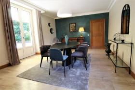 Maison de vacances / meublé City Break 'La Souveraine' à Saint-Genis-Laval (Rhône - banlieue Sud de Lyon) : le séjour ouvrant sur la terrasse et le parc.