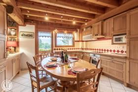 Espace repas entre la cuisine et l'espace détente