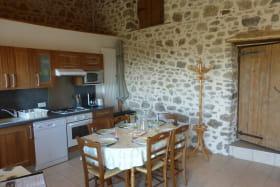 Gîte des Ormes à POMEYS (Rhône - Monts du Lyonnais): séjour/coin-cuisine.