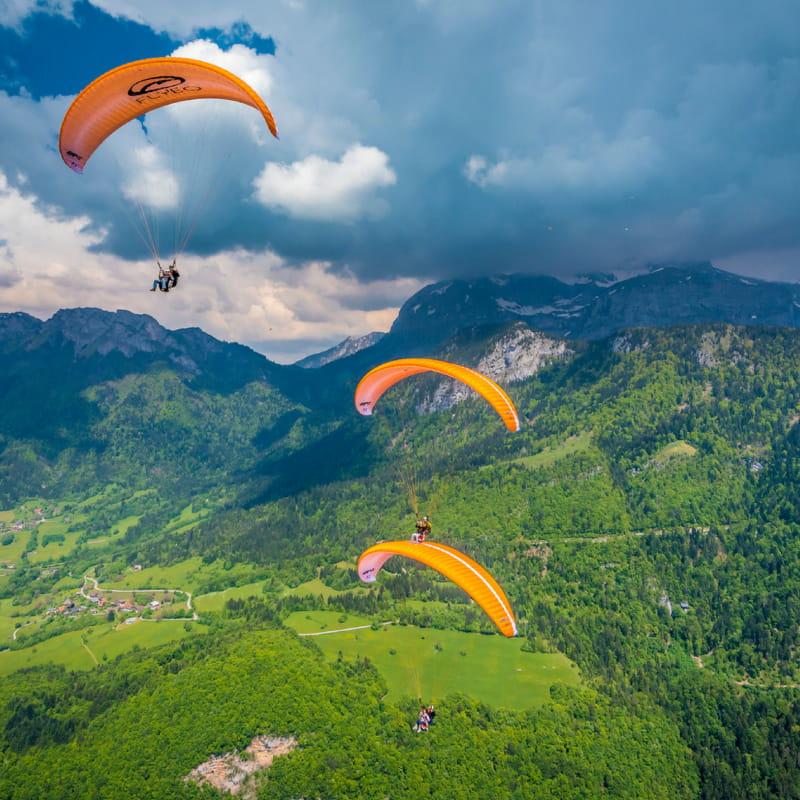 trois parapentes vue montagne