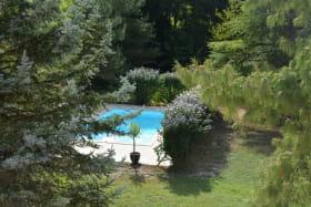 Grand Gîte 'La Fontaine Camille' à Neuville-sur-Saône (Rhône, Métropole de Lyon, Nord de Lyon) : vue sur la piscine depuis l'une des chambres.