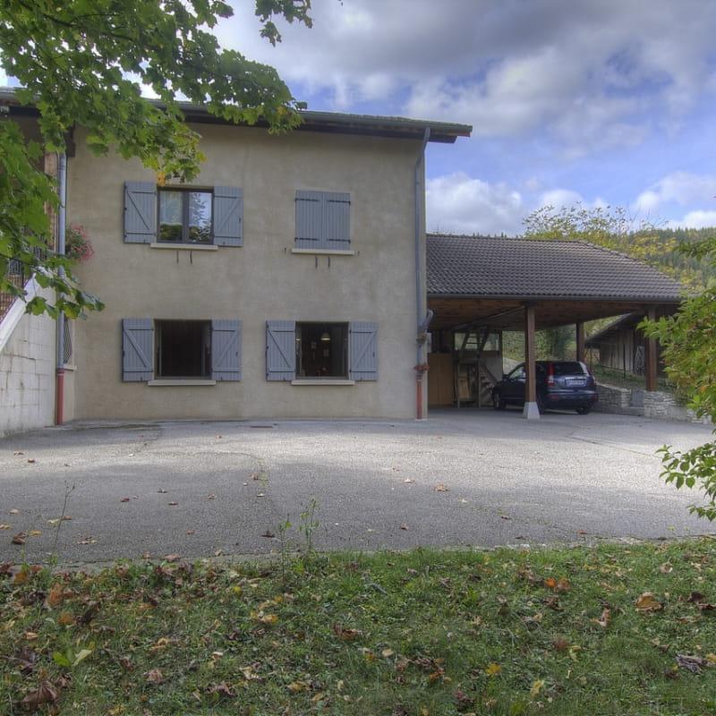 Le gîte se situe au RDC et possède une entrée indépendante avec une place de parking privée.